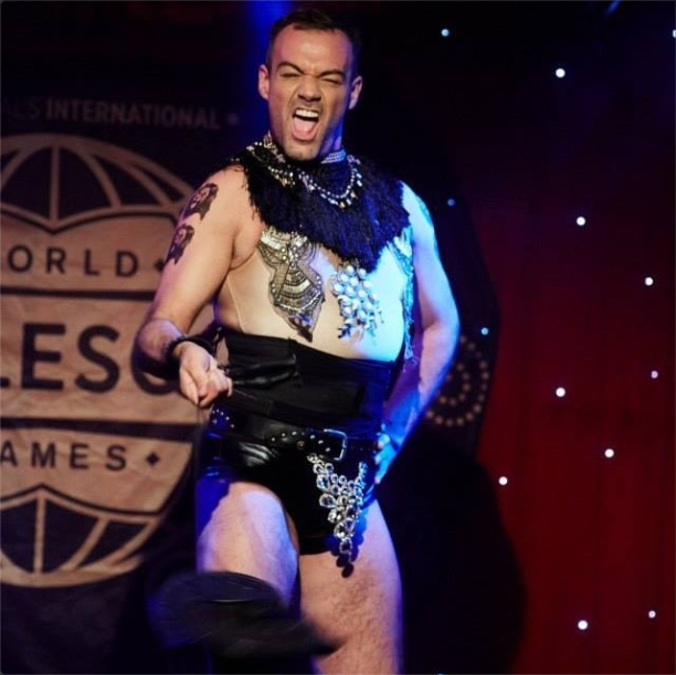 Alan Debevoise performing at Twisted Burlesque night